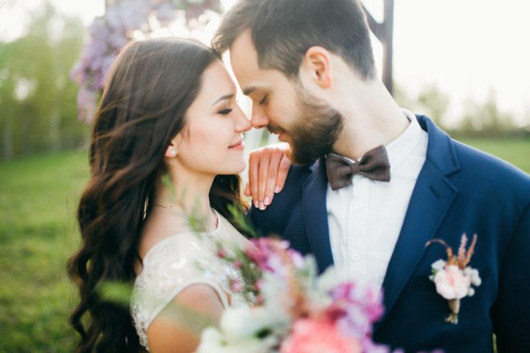 Jeune couple marié après leur cérémonie de mariage