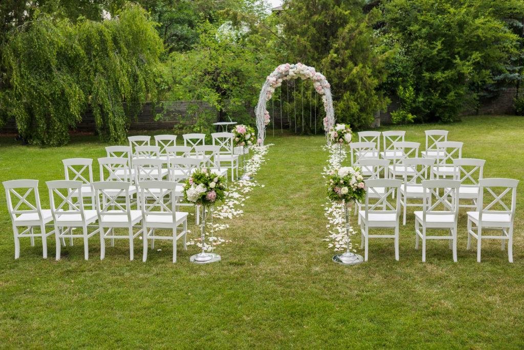 Cérémonie de mariage dans un jardin