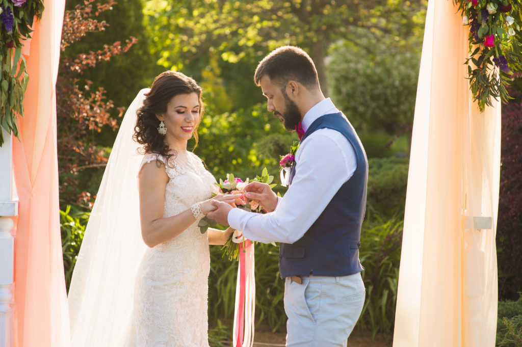 Cérémonie de mariage en extérieur avec échanges des alliances