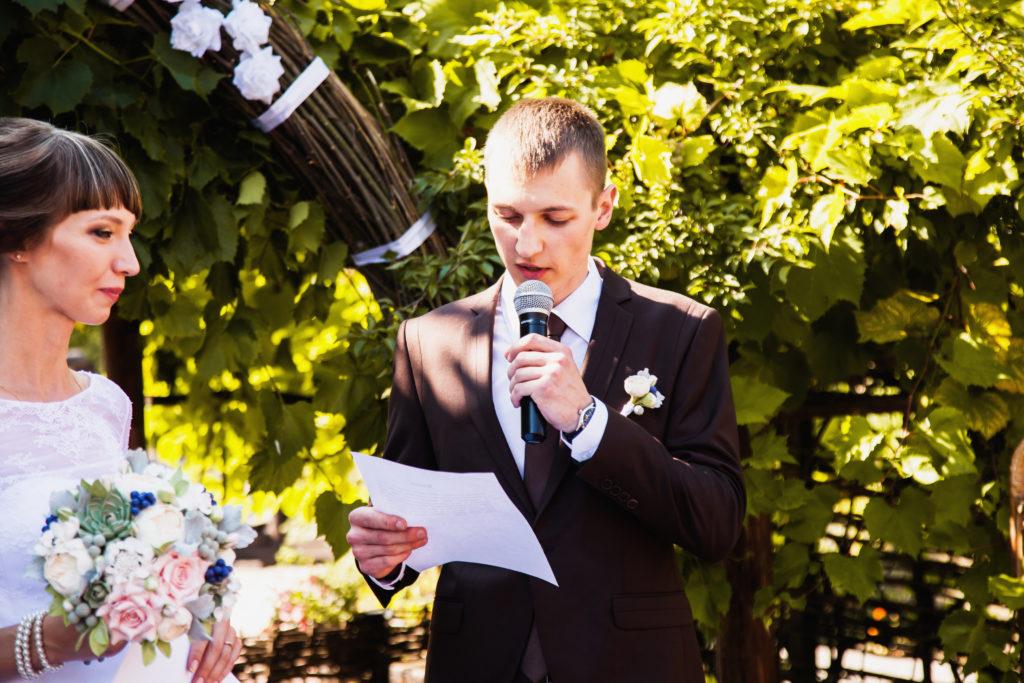 Le marié fait un discours pendant la cérémonie de mariage.