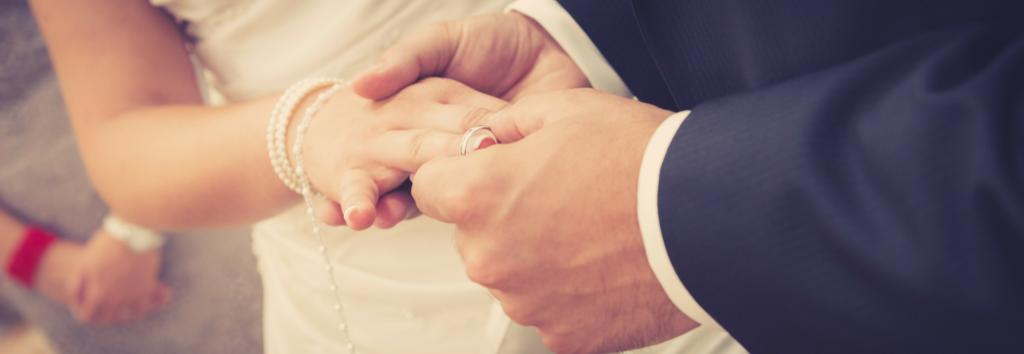 Échange des alliances par les mariés lors de la cérémonie de mariage