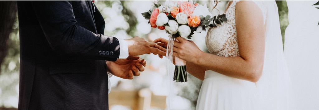Échanges des alliances par les mariés pendant la cérémonie laïque de mariage