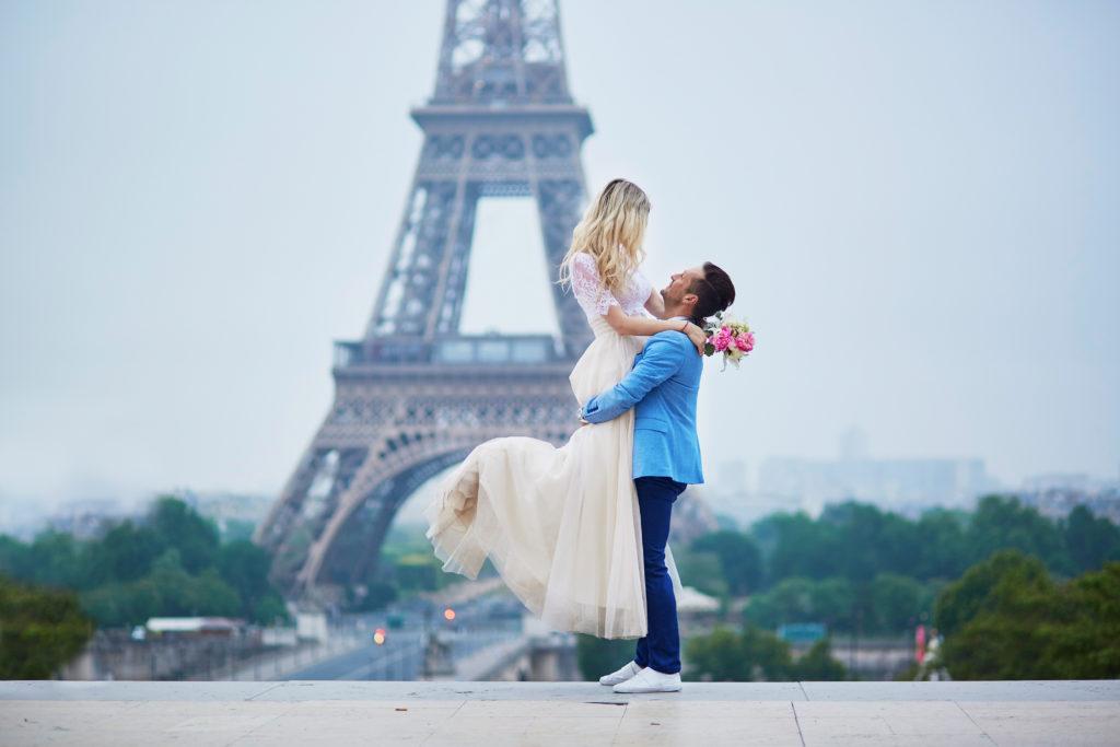 Jeunes mariés par élopement devant la Tour Eiffel en France
