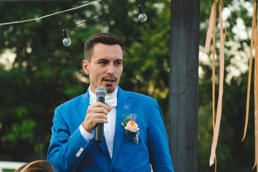 Marié tenant un micro pour son discours pendant sa cérémonie de mariage