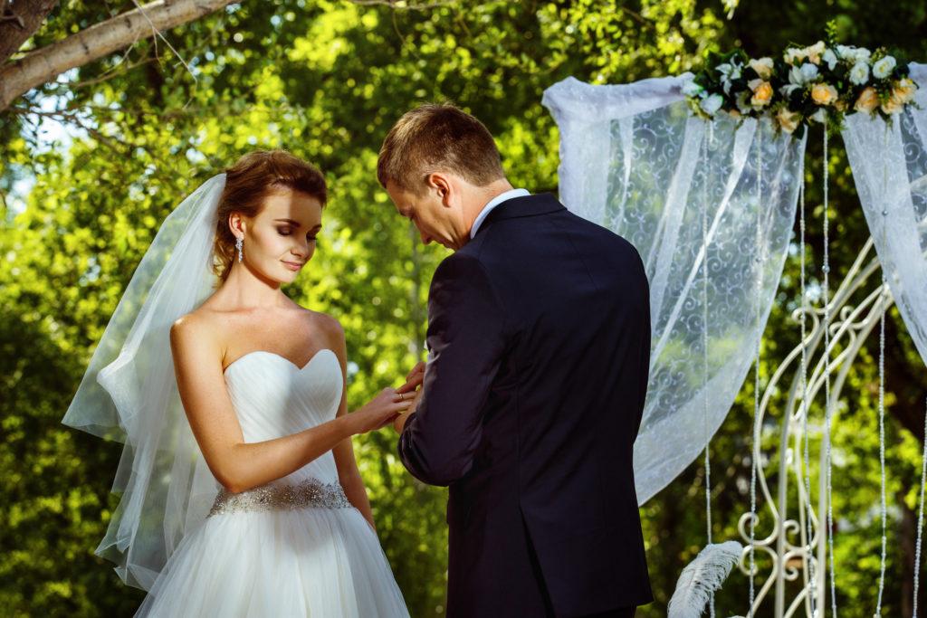 Couple qui s'unit lors d'une cérémonie de mariage en extérieur