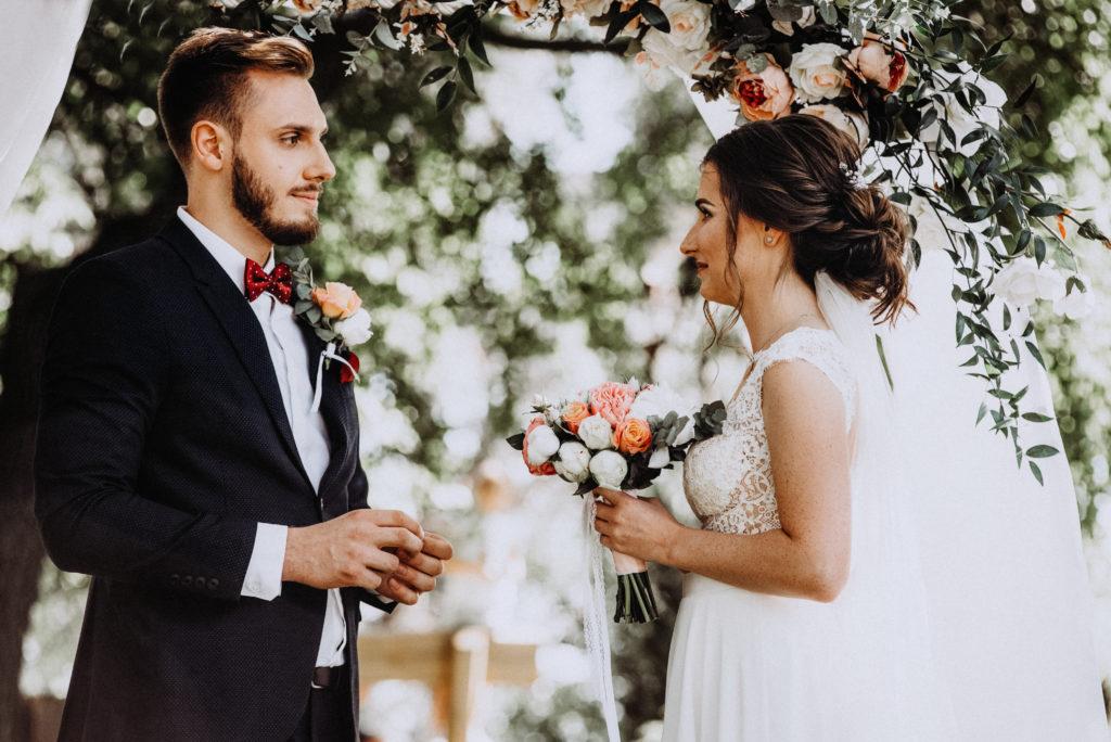 Les mariés se regardent les yeux dans les yeux pendant la cérémonie de mariage