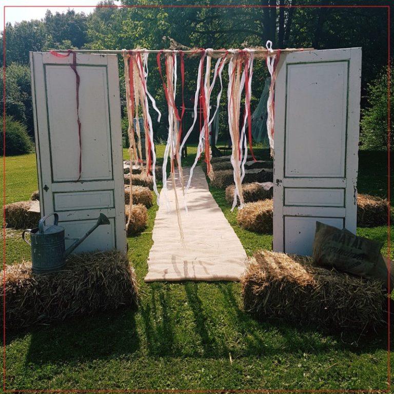Porte d'entrée pour cérémonie laïque de mariage champêtre