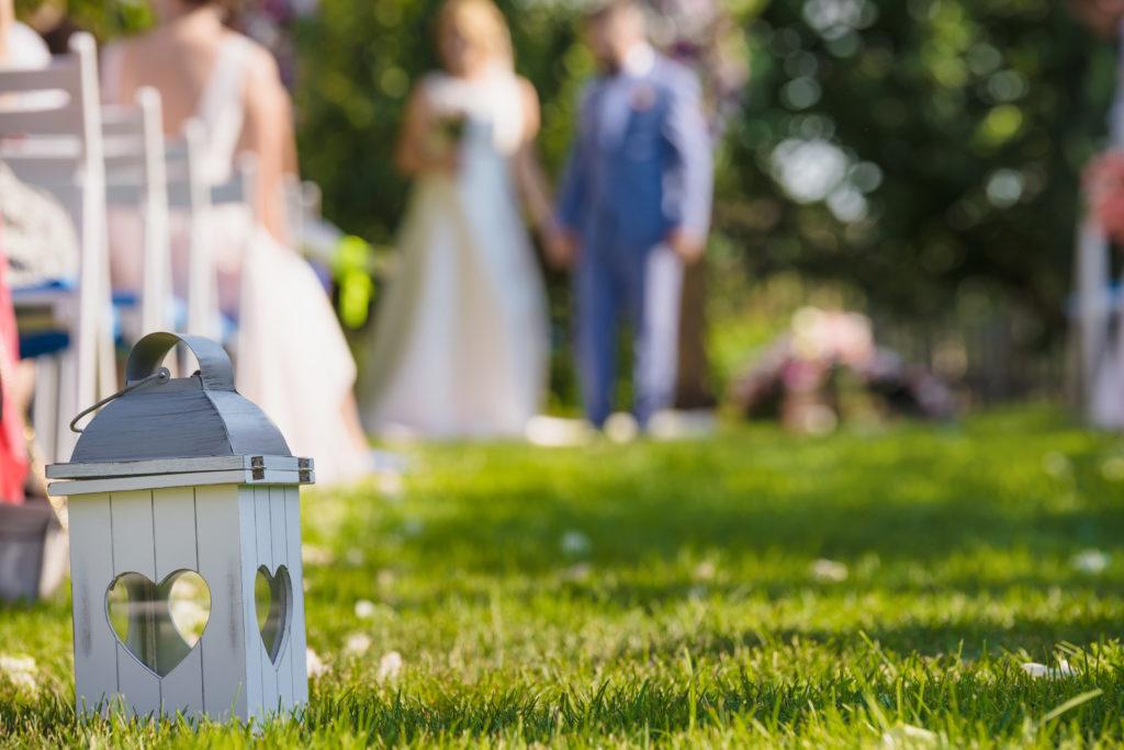 Allée centrale de cérémonie de mariage en extérieur